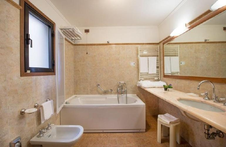 Strozzi palace hotel florencia for Arredo bagno hotel
